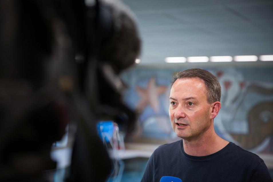 Bildungsbürgermeister Jan Donhauser kündigt an, dass für die ehemaligen Zweitklässler in den kommenden Herbst- und Winterferien noch mal Schwimmkurse angeboten werden sollen.
