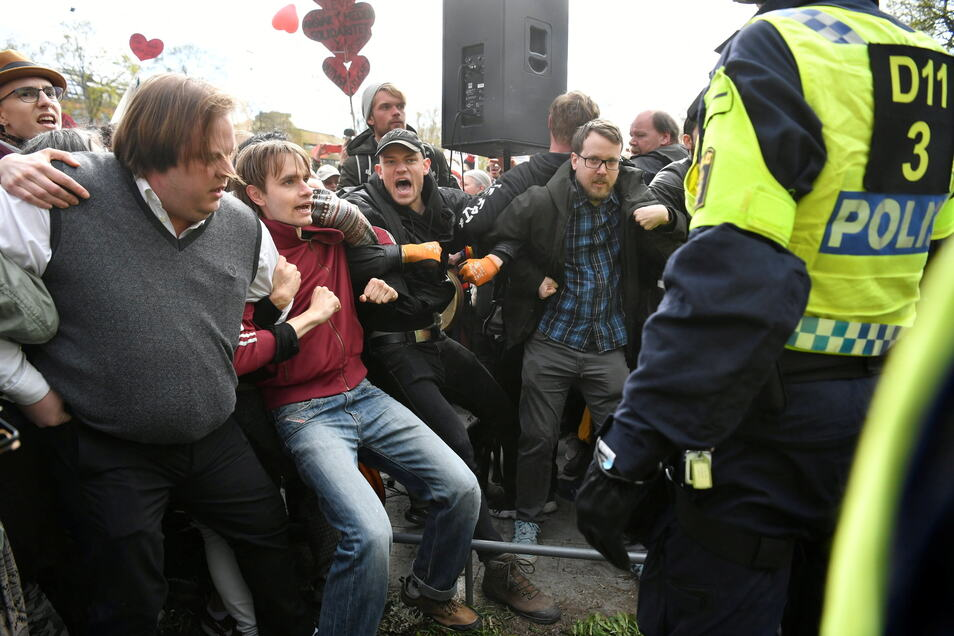 """Schweden, Stockholm: Demonstranten der Gruppe """"Freedom Defence Sweden"""" marschieren durch das Zentrum der schwedischen Hauptstadt und protestieren gegen die sozialen Beschränkungen durch Covid-19."""