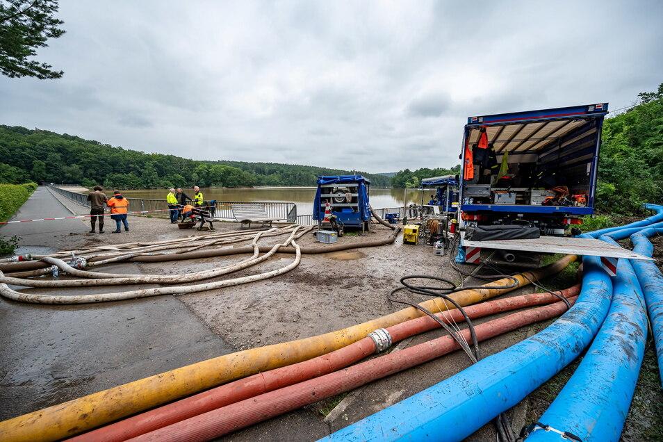Das Technische Hilfswerk (THW) und die Feuerwehr pumpen Wasser in der Steinbachtalsperre ab. Der Damm der Talsperre droht einstürzen.