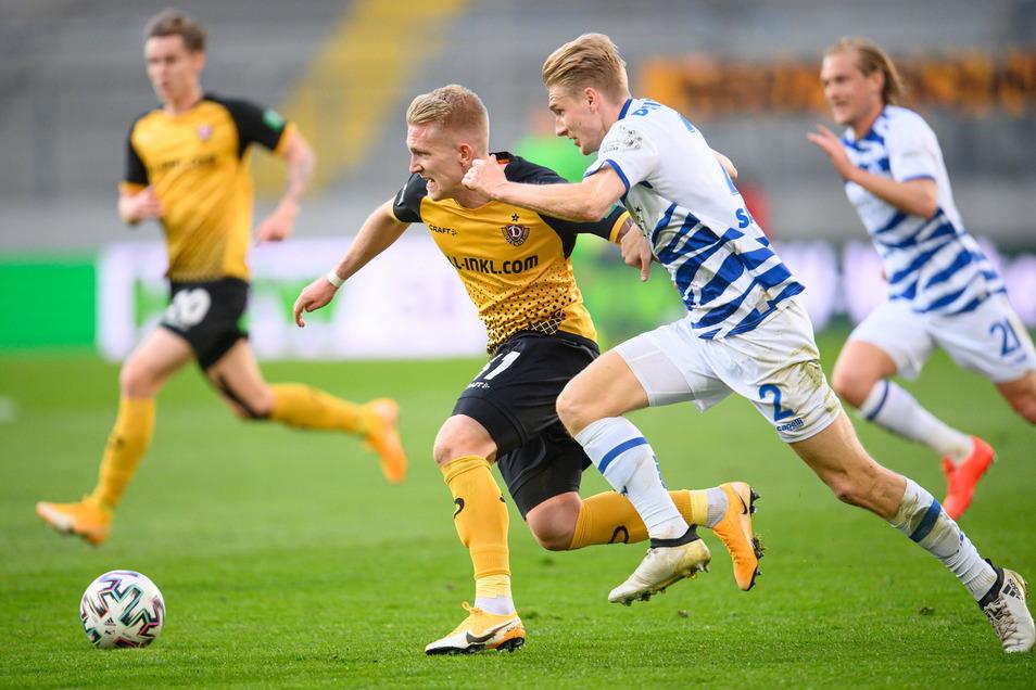 Luka Stor läuft Duisburgs Maximilian Sauer davon. Dynamos Slowene spielt sehr engagiert, vergibt aber die größte Chance in der ersten Halbzeit - und muss zur Pause raus.