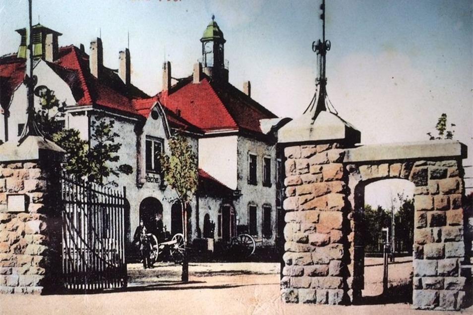 Der Postkartenauszug zeigt das inzwischen abgerissene Gebäude um 1915.