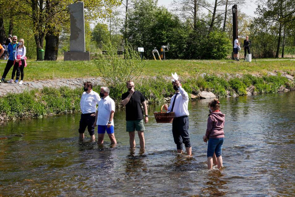 Zittaus OB Thomas Zenker stieg mit Hradeks Bürgermeister Josef Horinka und Bezirkshauptmann Martin Puta sogar in den Fluss.