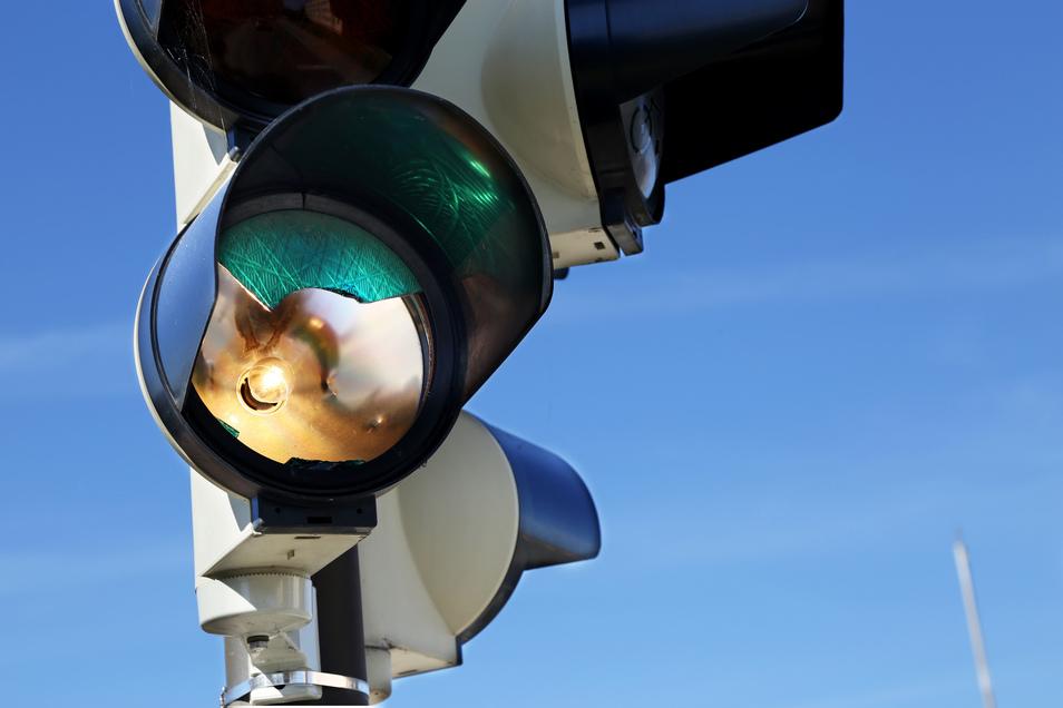 Beschmierte Verkehrsschilder, herausgerissene Leitpfosten - und selbst vor Ampeln machen die Täter nicht Halt.