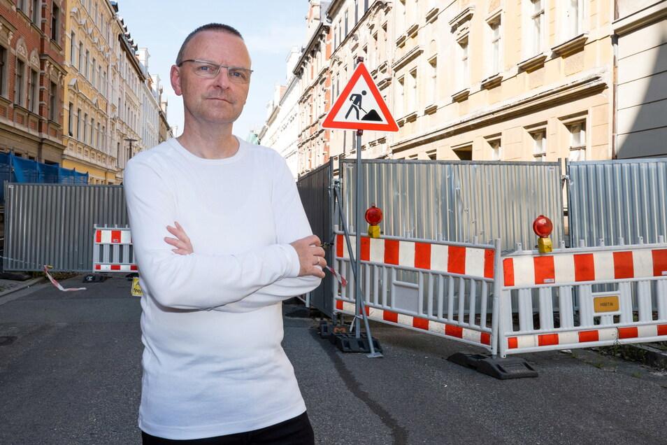 Hartmut Wilke, Leiter des Amtes für Stadtentwicklung, steht auf der voll gesperrten oberen Jauernicker Straße. Grund ist das marode Haus Nummer 31 (rechts).