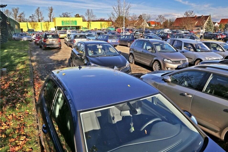 Am Freitagvormittag war der Parkplatz des ehemaligen Praktikers rappelvoll.