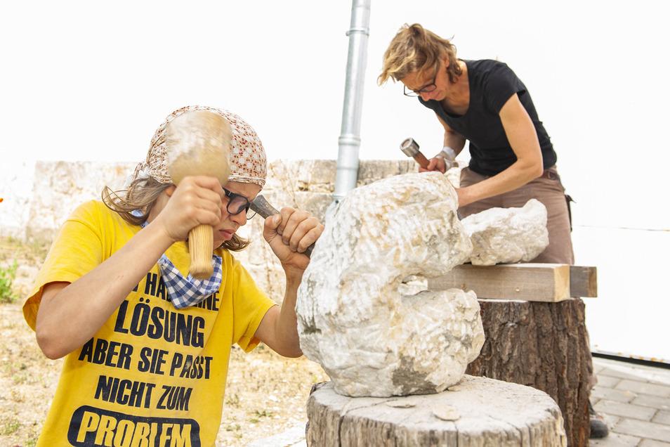 Pepe (10) und seine Mutter Susanne Jacob machen beim Bildhauerkurs von Matthias Lehmann aus Meißen mit.