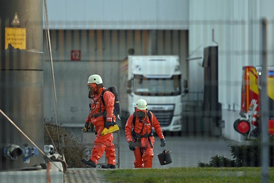 Einen Feuerwehreinsatz gab es am Dienstagmorgen auf einem Firmengelände in Kleinwelka. Dabei legten einige Einsatzkräfte besondere Schutzkleidung an.