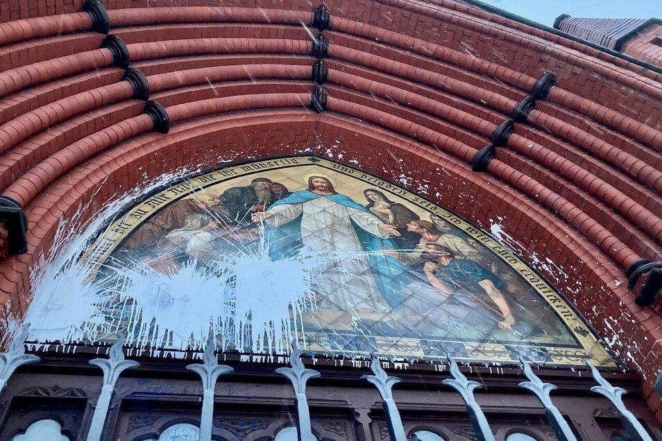 Das Eingangsportal der Lukaskirche ist mit weißer Farbe beschmiert.