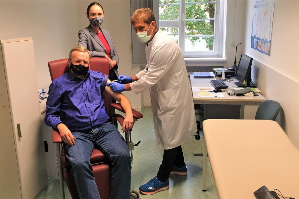 Ordnungsbürgermeister Detlef Sittel und seine Kollegin, Gesundheitsbürgermeisterin Kristin Kaufmann, bekommen von Dr. Stefan Borisch in der Betriebsarztambulanz in Friedrichstadt die Grippeimpfung. Gleich darauf mussten sie aber Corona-Fragen beantworten.