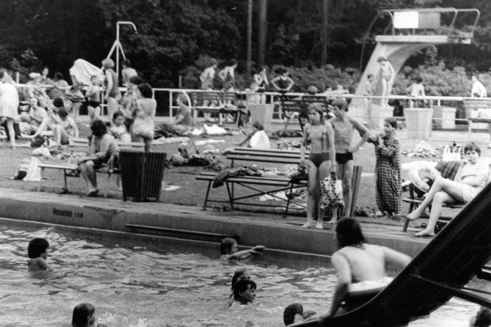 Auf 111 Jahre kann das Waldbad zurückblicken. Unser Foto zeigt das Getümmel zur Saisoneröffnung im Jahr 1978. Da gab es auch noch einen Sprungturm am großen Becken.