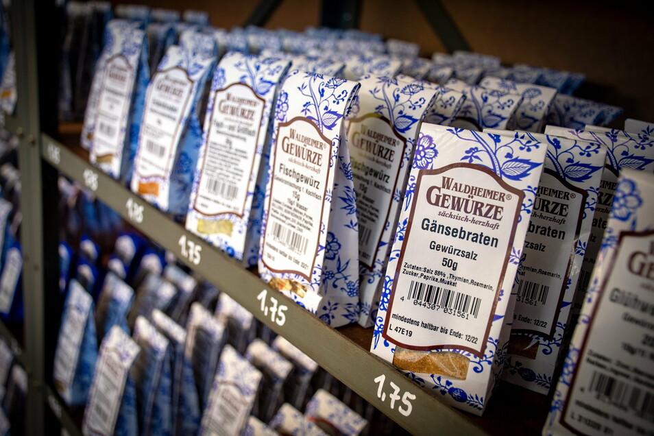 Die Gewürzmischungen, die in Waldheim produziert werden, sind wie die Gewürze und Kräuter in den blau-weißen Zwiebelmustertüten verpackt.