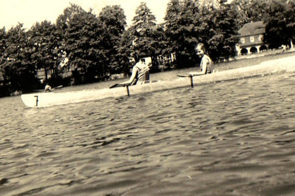 """Viele Jahrzehnte lang waren Paddel- und Ruderboote auf dem Schmelzteich unterwegs. Rechts im Hintergrund ist die """"Hüttenschänke"""" zu erkennen."""