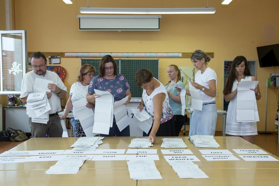 Die Wahlhelfer hatten wie hier in Pesterwitz alle Hände voll zu tun beim Auszählen der Stimmzettel. Noch nie zuvor traten so viele Parteien (18) zur Landtagswahl an.