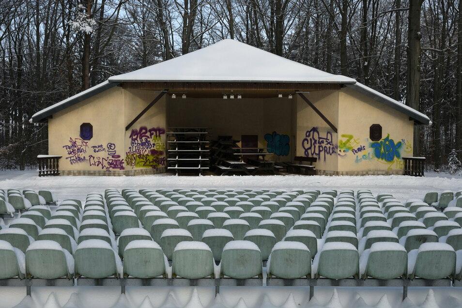Die Waldbühne gehört zu Kurort Hartha. Vermutlich in der Nacht vom 5. auf den 6. Februar sprühten Unbekannte Graffiti an die Wände.