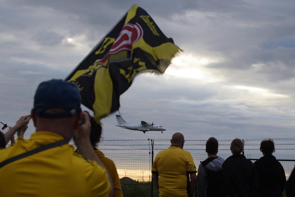 Flug MHV1953 kurz vor der Landung. Seicht setzt die Maschine in Dresden-Klotzsche auf, für den Verein wird der Aufprall in der 3. Liga härter sein.