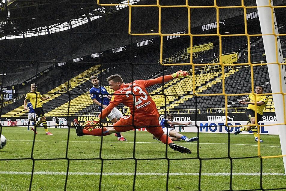 Hier fällt das 2:0 für den BVB durch Raphael Guerreiro (r.): Auch wenn Markus Schubert das Bein lang macht, den Ball kann der Torhüter nicht erreichen. Mit einem Fehlpass hatte er den Gegentreffer selbst eingeleitet. Foto: dpa/Martin Meissner