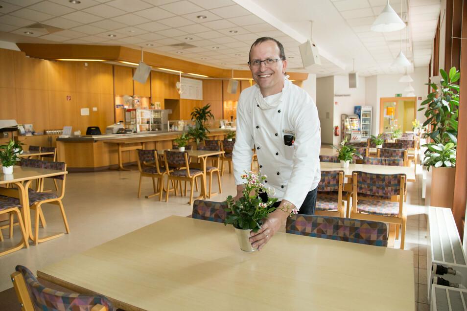 Samuel Meier leitet die Caféteria und die Küche im Emmaus Krankenhaus. Hier kann wieder gefeiert werden.