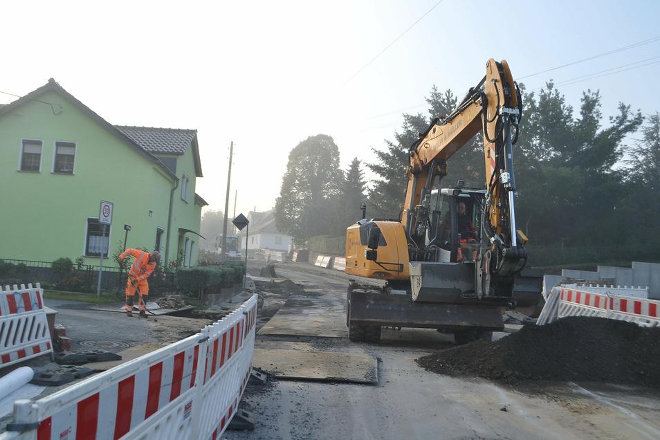 Die Arbeiten am dritten Bauabschnitt der Schönfelder Ortsdurchfahrt werden wegen Instabilitäten im Untergrund noch bis Ende Oktober andauern.