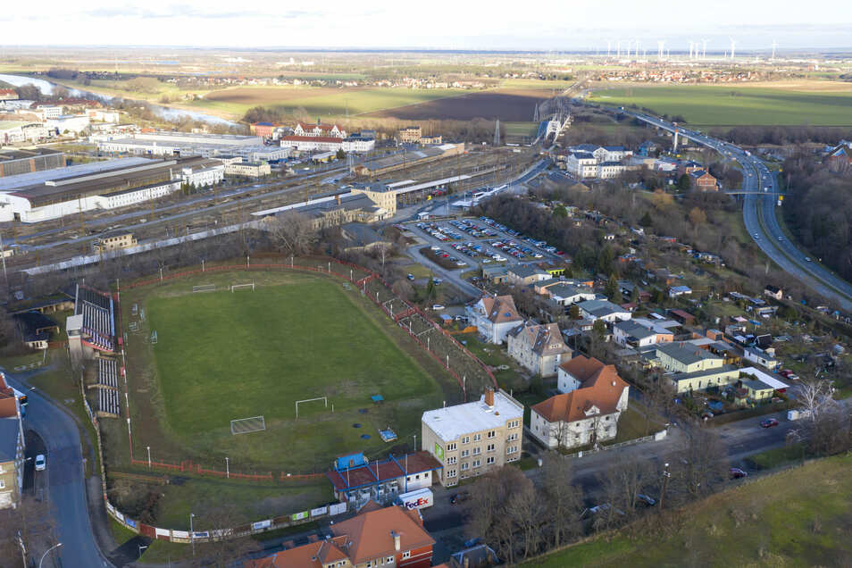 Das Ernst-Grube-Stadion liegt brach – und ziemlich zentral. Im Hintergrund der Bahnhof, rechts die in der Chemnitzer Hohle vorbeiführende B 169. Auch Kita, Schulen und Einkaufsmöglichkeiten sind nicht weit weg.