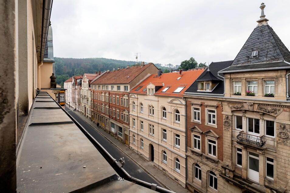 Das frisch sanierte Haus auf der Schillerstraße in Sebnitz sticht auf dieser Straßenseite heraus.