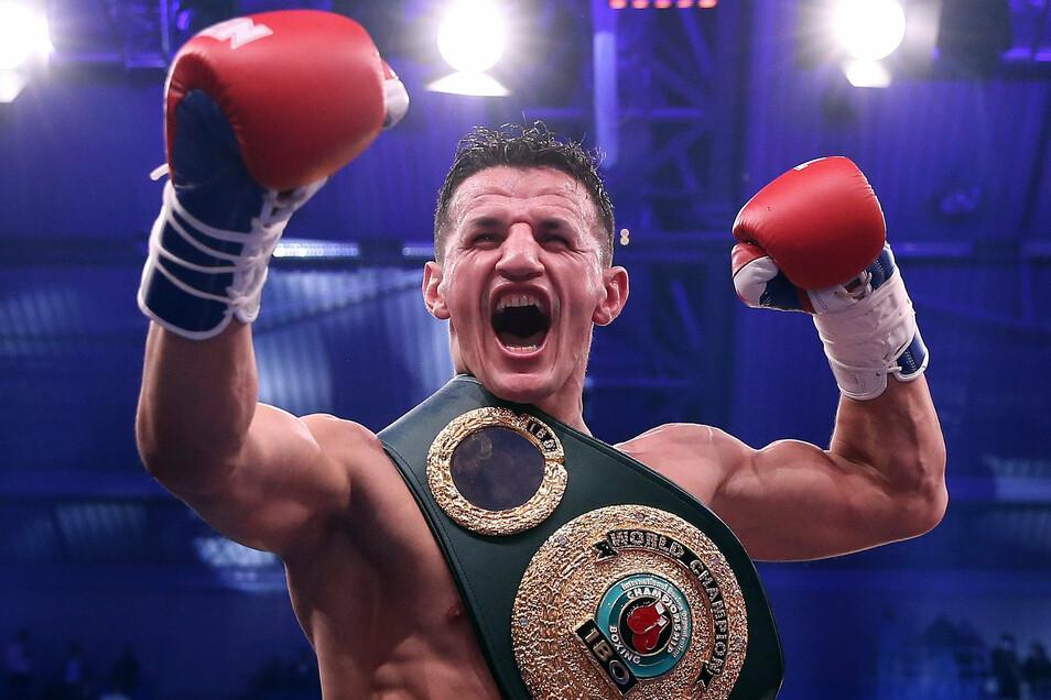 Robin Krasniqi trägt jetzt die Gürtel der Verbände IBO und WBA. Er ist durch einen überraschenden Erfolg gegen Dominic Bösel neuer Weltmeister im Halbschwergewicht.