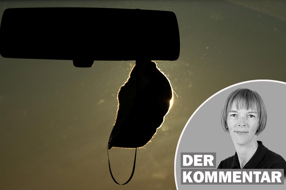 Kurze Zeit war es Autofahrern in Sachsen verboten, zusätzlich zur Maske auch noch Sonnenbrille und Mütze zu tragen. Die Vorschrift überlebte nicht lang. Völlig zu Recht.