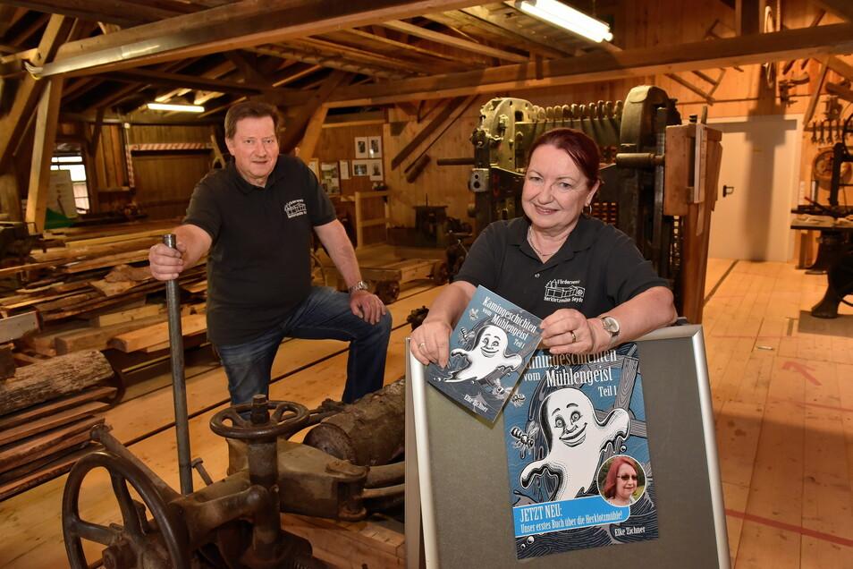 Elke Zichner will mit ihren Kamingeschichten vom Mühlengeist in die Historie der Seyder Herklotzmühle eintauchen. Vereinsvorsitzender Matthias Herklotz ist begeistert.