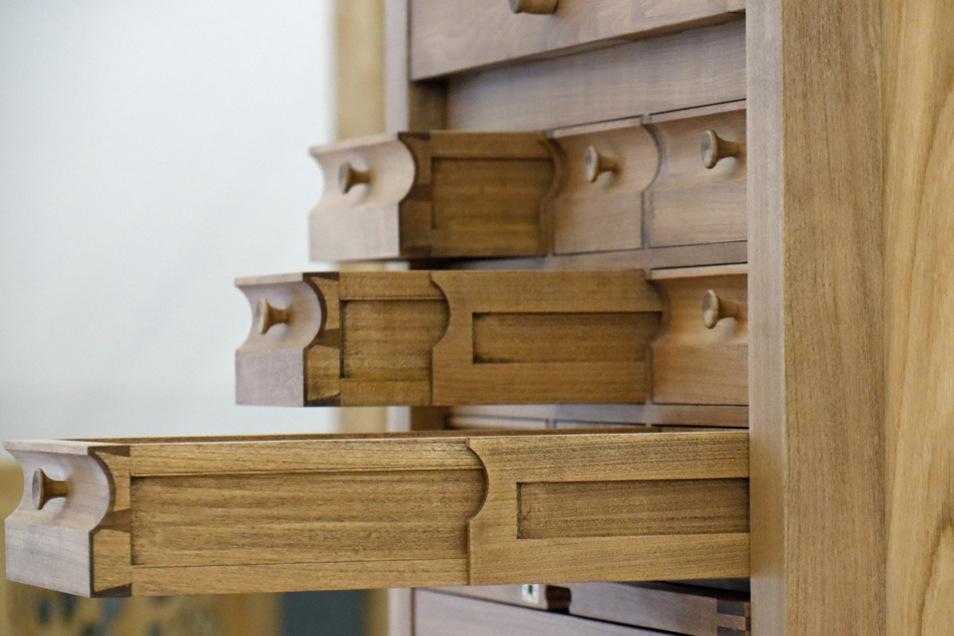 """Philipp Hildebrandt, Meisterstück """"Werkzeugkiste in Kirschbaum"""": Die Schubladen werden auf doppelten Vollauszügen geführt. Die halbrunden Griffleisten ergeben mit den Knäufen wieder eine ebene Fläche. Ein magnetischer, doppelt greifender Schließmechanismus sorgt für sicheren Halt beim Transport. """"Die Herausforderung war, das Werkstück filigran aussehen zu lassen, aber in der Konstruktion zu bedenken, dass durchaus schweres Werkzeug darin Platz finden muss"""", sagt Philipp Hildebrandt über seine Arbeit."""