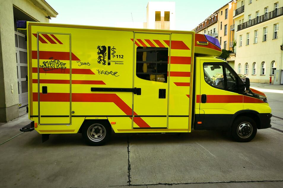 Während eines Einsatzes haben sich Schmierer an diesem Rettungswagen zu schaffen gemacht.