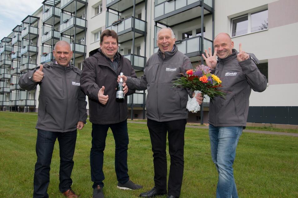 Jörg Böttger, , Jörg Keim, Uwe Rasch von der Wohnungsgenossenschaft Kontakt nehmen Glückwünsche von Bürgermeister Ronald Kunze entgegen.