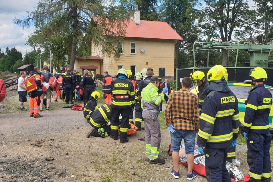 Rettungskräfte versorgen Verletzte in der Nähe der Unfallstelle.