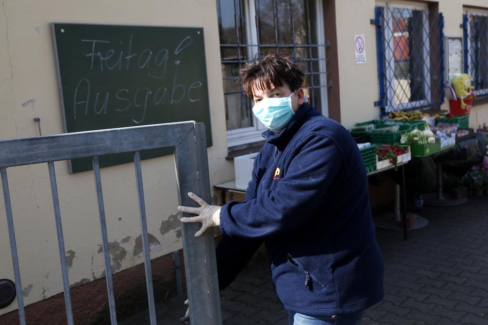Carola Gnichwitz öffnet das Tor zum Hof der Gröditzer Tafel.