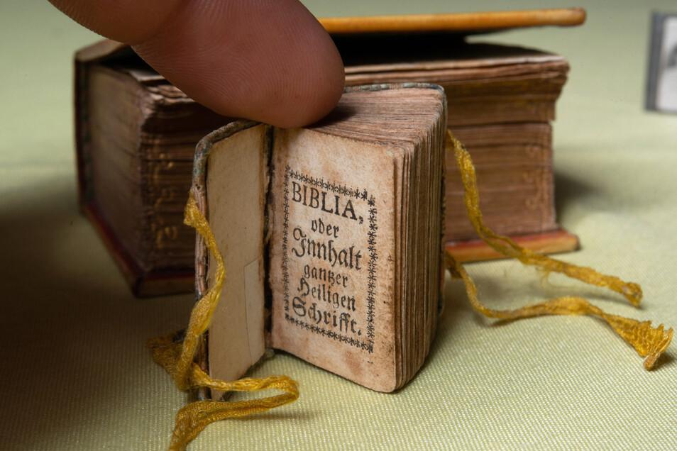 Ein gut erhaltenes Büchlein mit Bibeltexten aus dem Jahr 1705 gehört zu den besonderen Schätzen der Sammlung. An Rekordjagden war Staufenbiel aber nie interessiert.