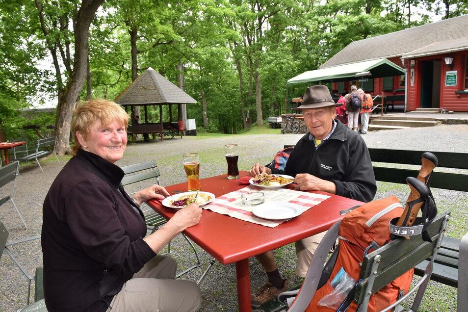 Hannelore und Lothar Hanack aus Dresden kennen Altenbergs Umgebung gut. Sie genießen, dass sie wieder in die Bergbaude auf dem Geisingberg einkehren können.