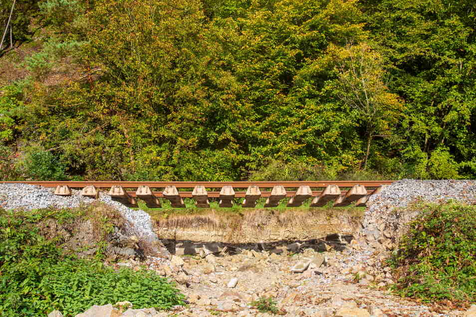 Auf der Strecke zwischen Sebnitz und Bad Schandau fehlt nahe Kohlmühle ein Stück Bahndamm.