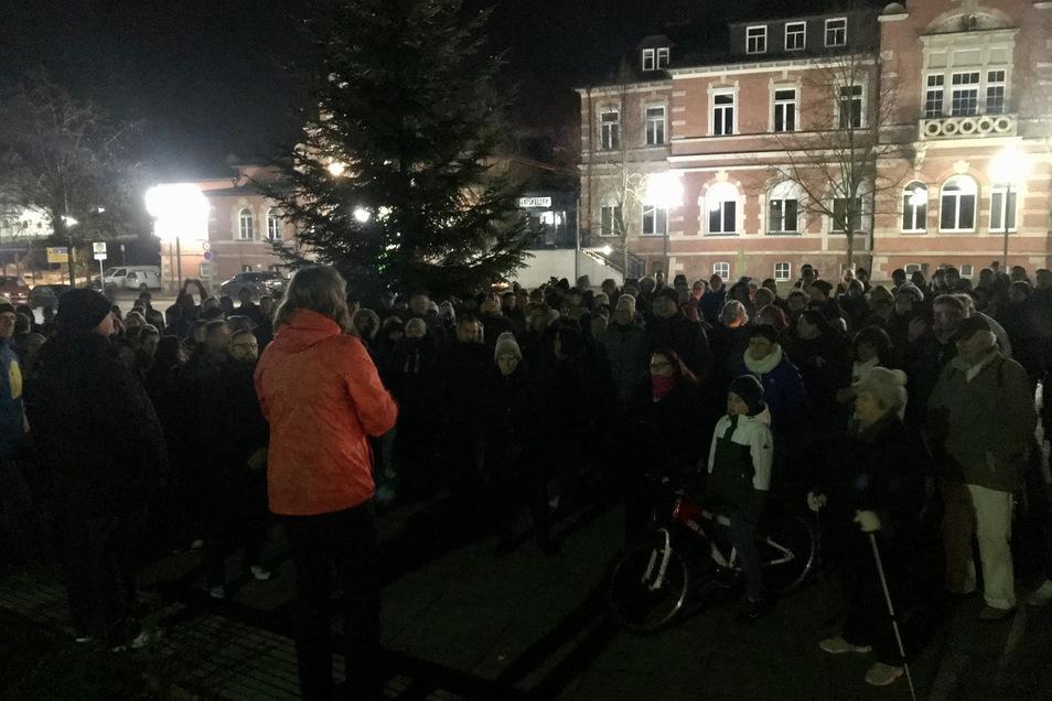 Die Ärztin Gerlind Läger redet zu einer Menschenmenge auf dem Rathausplatz in Oelsnitz/Erzgebirge. Masken? Fehlanzeige.