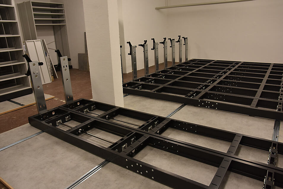 Diese Rollregalsysteme im neuen Museumsdepot werden noch mit Gitterwänden ausgestattet, an denen dann die Gemälde der Sammlung aufbewahrt werden.
