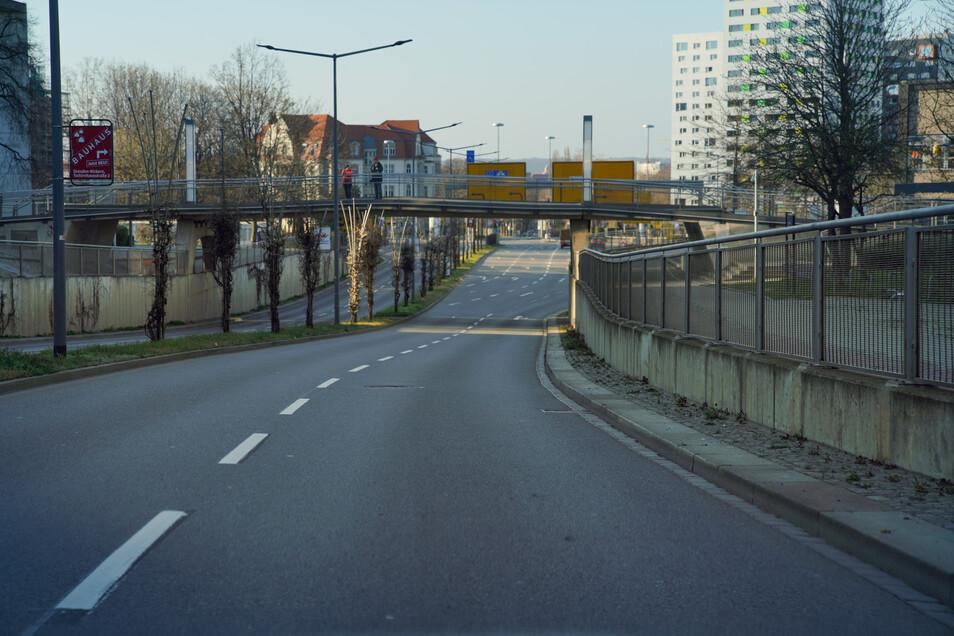 Leere Straßen in der Corona-Krise: Bergstraße am Hörsaalzentrum der Technischen Universität Dresden