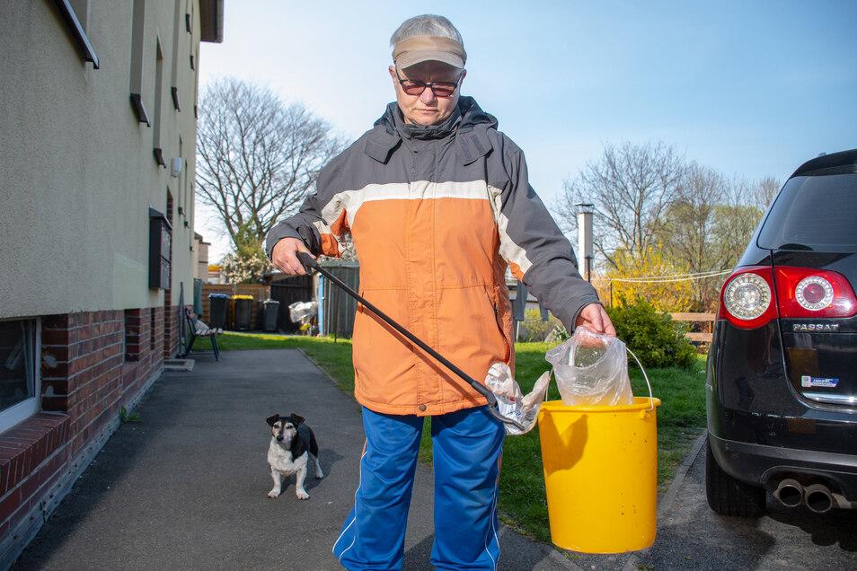 Sonnenschutz, wetterfeste Kleidung, eine Greifhilfe, Plastiktüte oder Eimer – mit dieser Ausstattung ist Christine Kussak aus Leisnig täglich in ihrem Wohnumfeld unterwegs. Dabei sammelt sie von Fuß- und beliebten Spazierwegen Müll ein.