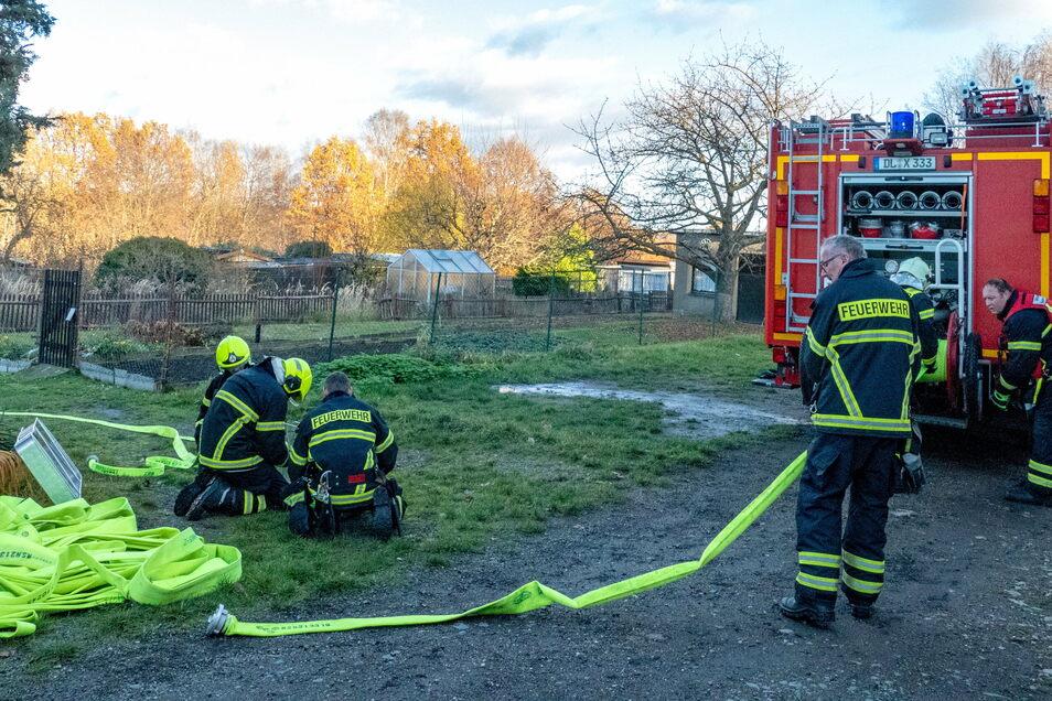Feuerwehrleute aus Waldheim, Reinsdorf und Richzenhain sind zum Brand einer Laube in die Sparte des Schrebergartenvereins Richzenhain ausgerückt.