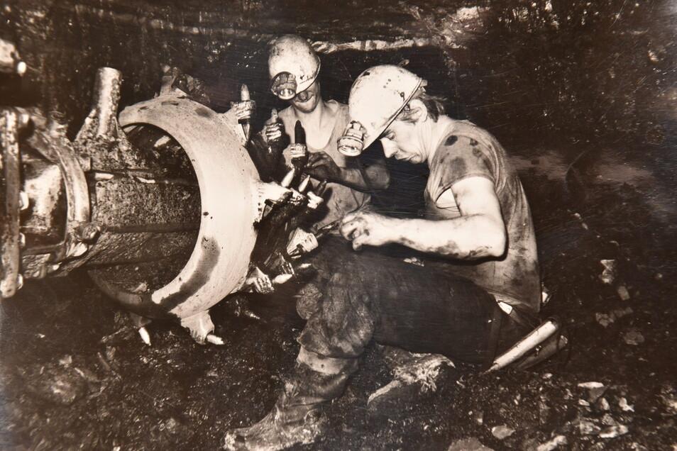 """Immer unter Plan-Druck: Kumpel von """"Willi Agatz"""" beim Warten der Abbautechnik. Der Betrieb förderte bis 1989 fast 3.700 Tonnen Uran."""