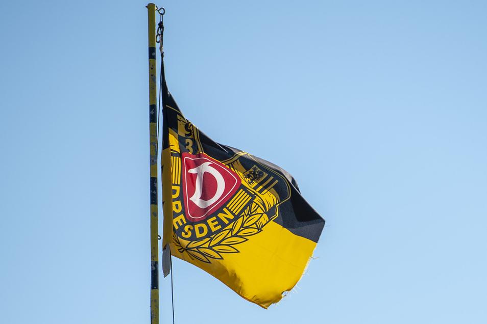 Die Dynamofahne ist der Wegweiser zum Garten von Vereinschef Heiko Schulz. Trotz Corona-Krise und geschlossener Stadien lässt er das Banner weiter flattern.