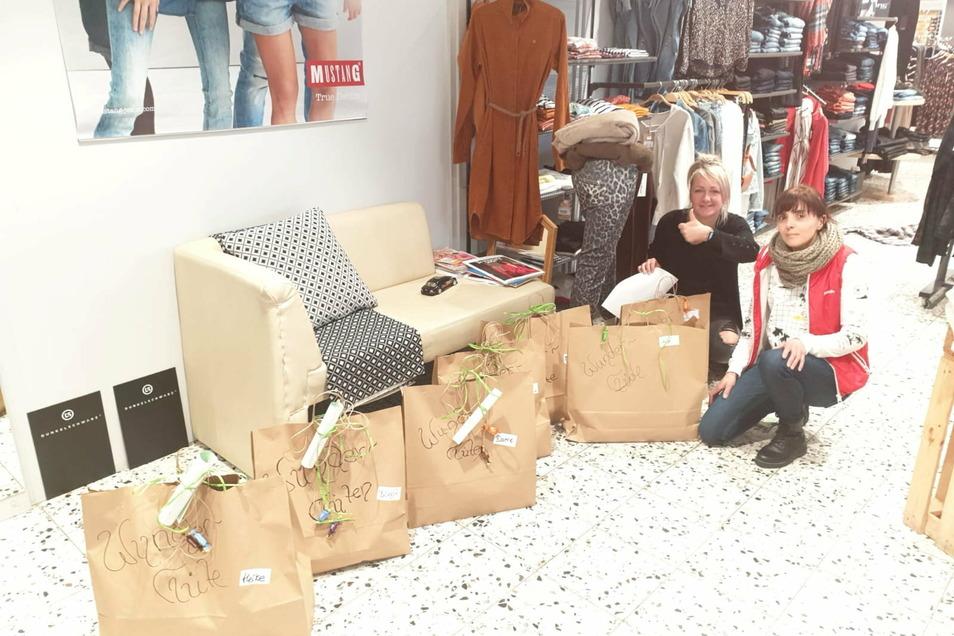 Das Team vom Geschäft Yellow in Kamenz packt dieser Tage Wundertüten für die Kunden. Auch Sandra Dutz (l.) und Anke Eisold haben endlich wieder etwas zu tun.