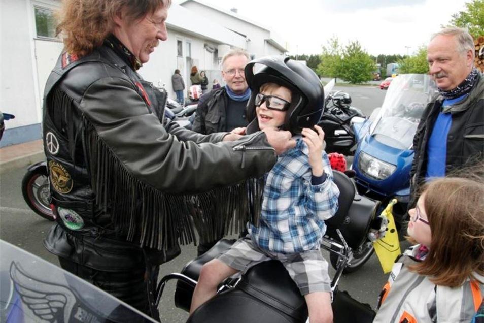 Nicht nur die Jungs sind von den vielen Motorrädern begeistert.