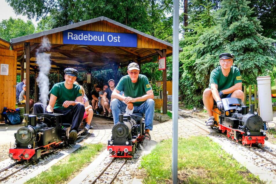 Drei vom Minibahnclub in Radebeul (von links), die am Sonntag vielen Freude bereiteten: Stephan Aulhorn, Steffen Specht und Uwe Kaufmann.