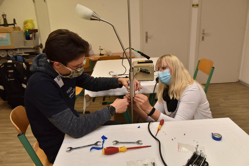 Corinna Schönherr repariert zusammen mit Georg Trogisch ihre Lampe. Am Ende ist das Gerät wieder funktionstüchtig.