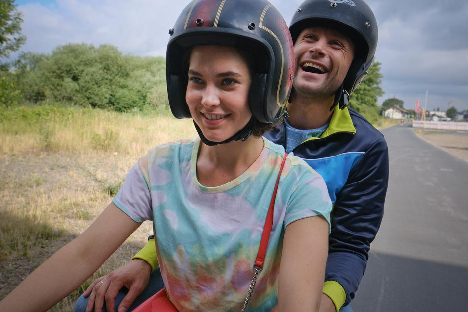 Das Ehepaar Anna (Katia Fellin) und Louis Bürger (Max Riemelt) genießt vor der Verhaftung eine Spitztour auf einem Motorroller - und schwelgt in alten Erinnerungen.