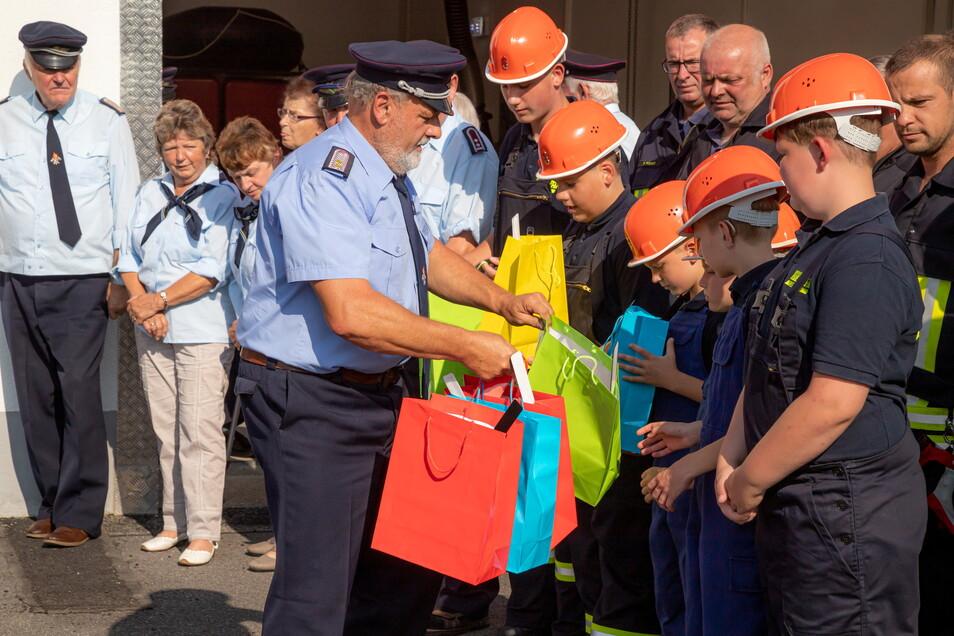 Kleine Geschenke erhalten die Freundschaft - oder die Lust an der Freiwilligen Feuerwehr. Lodenaus Wehrleiter Clemens Ringe freut sich auf den potenziellen Feuerwehrnachwuchs.