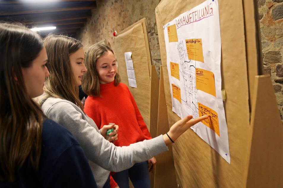 Shania, Clara und Maya zeigen einen Entwurf für die Raumaufteilung im künftigen Jugendladen. Der soll in der ehemaligen Rumpelkammer am Alexander-Puschkinplatz entstehen.