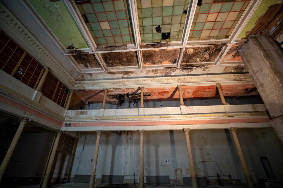 Verfallener Ballsaal im Schwarzen Adler: Teil der Bausubstanz sind akut einsturzgefährdet.